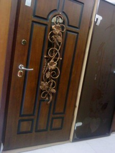 dveri-vhodnie-so-steklopaketom-i-kovkoj-ukraina.-standartnie-211963b